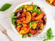 Зелена салата с маринована риба сьомга, праскови, царевица и чери домати